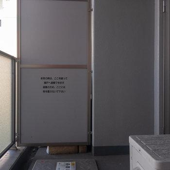 バルコニーは広め、椅子を置いたりもできそうです。※写真は4階の反転間取り別部屋のものです
