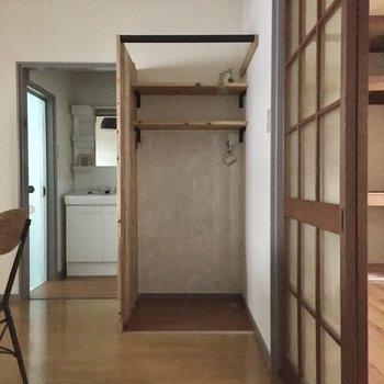 DKのこちら側に洗濯機置場。玄関から姿を隠せます。(※写真の家具・小物は見本です)