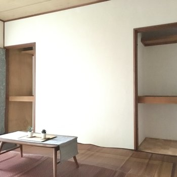 両側にコンパクトな収納が2つ。(※写真の家具・小物は見本です)