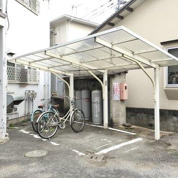 自転車置き場は屋根付き!