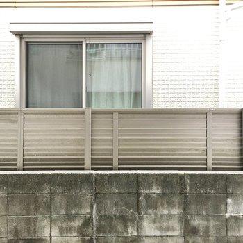 お隣さんの窓が見えるのでカーテンは必須ですね。