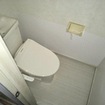 トイレはウォシュレット付き。(※写真はフラッシュ撮影をしています)