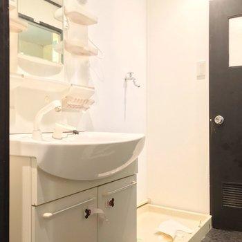 どっしり洗面台で朝の支度もラクラクです。奥にトイレがあります。(※写真は清掃前のものです)