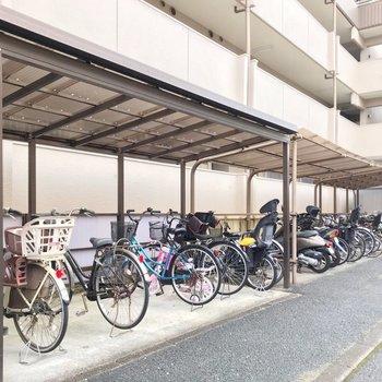 駐輪場は屋根付きで雨に濡れにくいです。