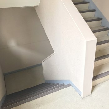 お部屋までは階段です。どっしりしているので大荷物の日も大丈夫そう。