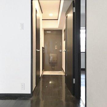 水回りは玄関側に。(※写真は清掃前のものです)