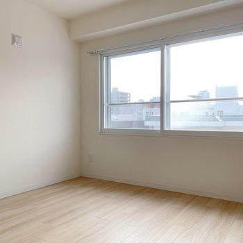 洋室には南向きの大きな窓◎
