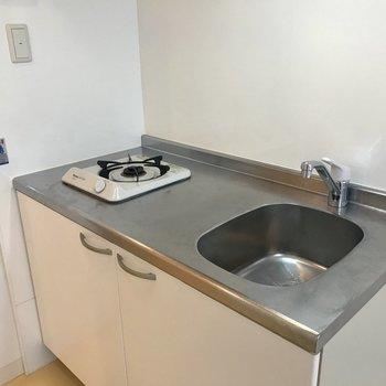 キッチンはコンパクト。 整理整頓が大事! (※写真は9階の反転間取り別部屋のものです)