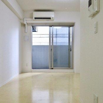 真っ白でシンプルなお部屋。エアコンもついてますよ!