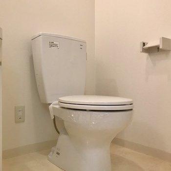 トイレは脱衣所の中に。シンプルなので掃除はしやすい! (※写真は9階の反転間取り別部屋のものです)