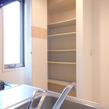 キッチン後ろにはパントリーになりそうな収納もありました◯お皿やストックはここね