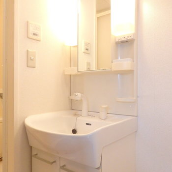 脱衣所には洗面台と洗濯機置き場。朝の準備はここで♩