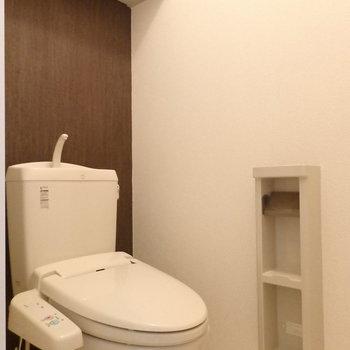トイレは玄関横に。上の棚やペーパーホルダーがなんだ便利です