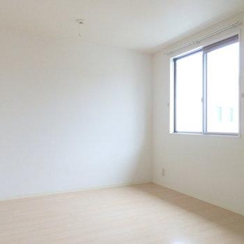洋室は6帖。テレビも置けるし寝室にぴったりです