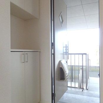 玄関はナチュラルな感じ。扉の◇も可愛いですね!シューズボックスの上には鍵置きを◯