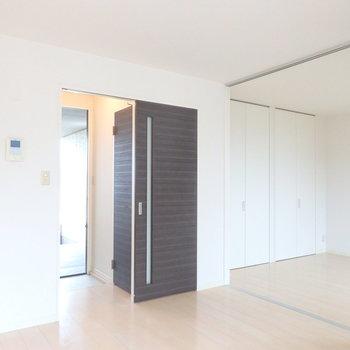 黒い扉の先が玄関。左の扉の先はサニタリー