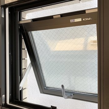 【DK】小窓からはお隣さん。換気にピッタリです。