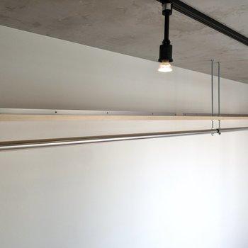 【洋室】オープンクローゼット上も収納になっています。