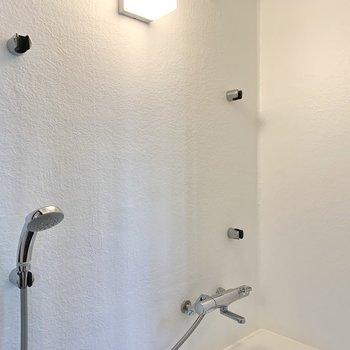 シャワーヘッドが4カ所にあり、浴槽にいながらも浴びられます。