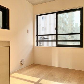 【DK】窓際にカフェテーブルを置きたいなあ...。