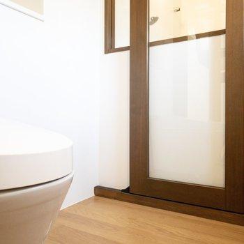 洗濯機置き場、後ろの棚に置く洗剤もシンプルなものを置きたいですね。