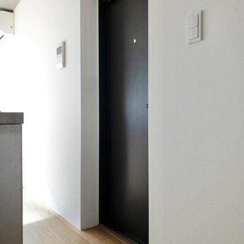 キッチン前にフラットな玄関スペースが広がっています。