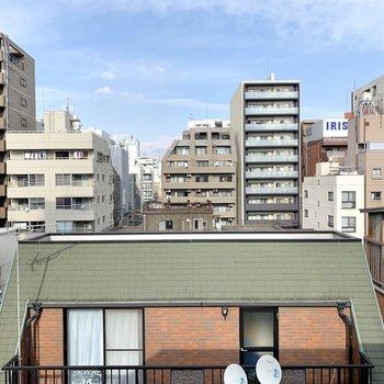 【洋室】眺望は北向き。お向かいさんの後ろには神田川が流れています。