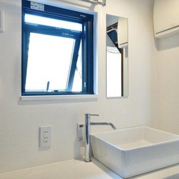洗面台には窓があり、朝のひとときをさわやかに。
