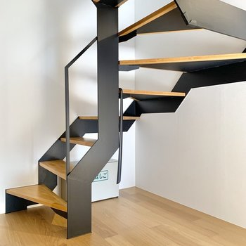 階段を伝って上階へ参りましょう。