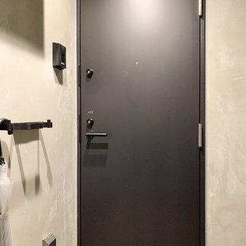 1フロア2部屋の共用部は傘立てもクールに。