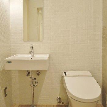 タイルの壁にかわいい洗面台  (※写真は4階の同間取り別部屋のものです)