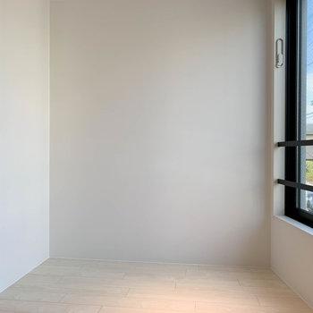 【洋室5.5帖】このスペースに縦向きでベッドかな。