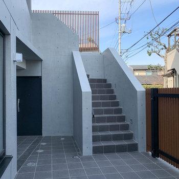 階段を登ってお部屋へ行けます。