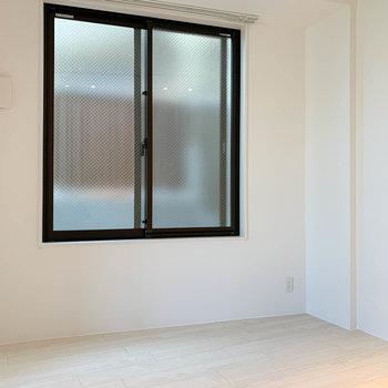 【DK6帖】キッチンの左、窓辺沿いにテーブルなどが置けそう。