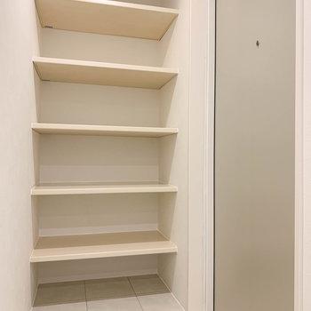 玄関はフラットな作り。シューズ棚は奥行きがあります。
