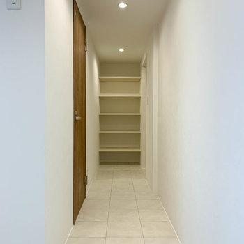 廊下沿い左に脱衣所。奥が玄関です。