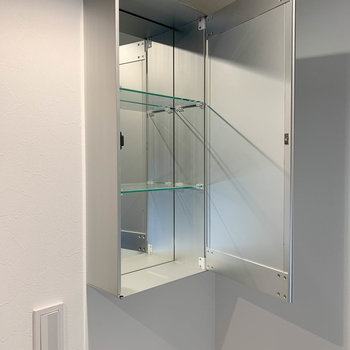 トイレ前に鏡張りの収納があります。