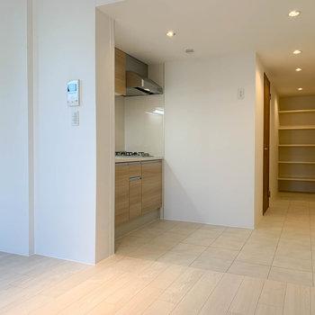 【DK6帖】キッチン周りもゆったりめの空間。奥に玄関があります。