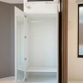 【洋室5.5帖】鏡の付いたクローゼットです。