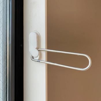 【洋室5.5帖】窓の室内側に物干し受けがあります。