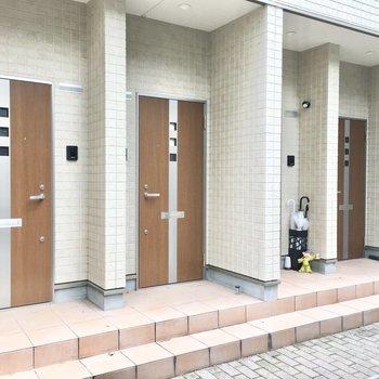 共用部】4戸の玄関がずらっと並んでます。