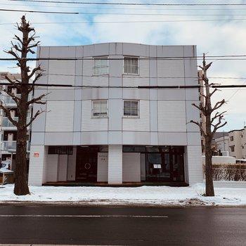 1階にはレストランが入っている3階建てのマンション