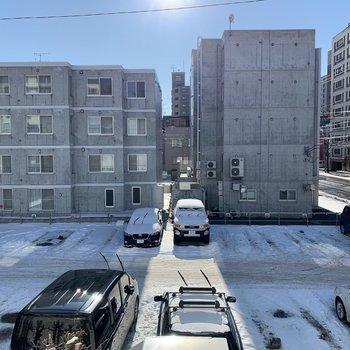 お隣は駐車場になっており、2階でもたっぷり日が入ります◎