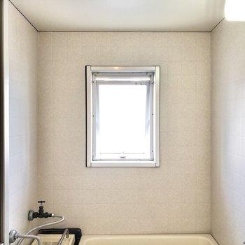 お風呂には小窓付きなので換気がしっかり出来ますね!※写真は4階同間取り別部屋のお写真です。