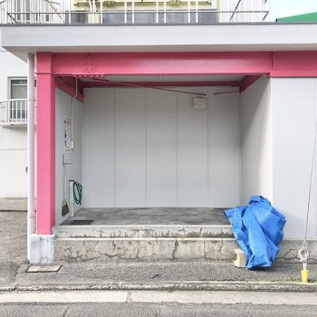 ゴミは敷地内のこの場所へ。