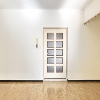 洋室側からリビングを見てみました。※写真は4階同間取り別部屋のお写真です。
