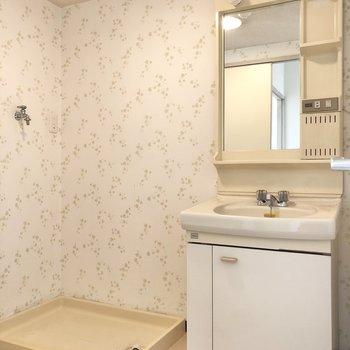 可愛らしいクロスの脱衣所には洗面台と洗濯機をセットで配置。※写真は4階同間取り別部屋のお写真です。