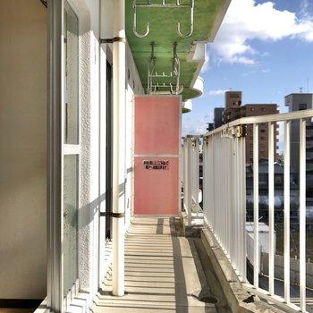 日当たりの良いバルコニーで干した洗濯物は早く乾きそう〜。※写真は4階同間取り別部屋のお写真です。