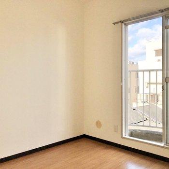 机と椅子を置いてちょうど良い空間でした。※写真は4階同間取り別部屋のお写真です。