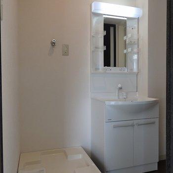 洗面台の隣に洗濯機置き場 ※写真は同間取り別部屋のものです。